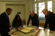 بررسی دست نوشته کهن از یسنا در دانشگاه توسط استاد و دانشجو