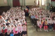 دانش آموزان دبستان گیو در تالار آموزشگاه