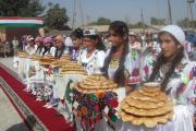 در سنت مردم تاجیکستان به هنگام آغاز ورود میهمانان با نان و نمک از آنان پذیرایی میشود