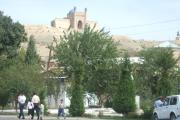 دورنمای تپه باستانی شهر که زمانی آتشکده بوده است