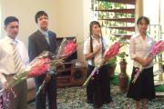 شاخه های گل هدیه به دهشمندان ساخت بنای فرهنگسرا با سپاسگزاری