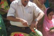 میوه هایی که پس از بریدن در پایان برنامه به باشندگان هدیه می شود