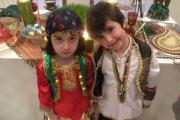 پوشش سنتی ایرانی در کنار سفره نوروزی