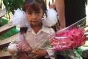 کودک تاجیکی با گل و عروسک در فرهنگسرا به استقبال و سپاسگزاری آمده است